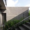 <p> Để làm mát ngôi nhà vào mùa hè, mái nhà đã được thiết kế với một lớp vật liệu cách nhiệt. Nó là lớp lưới và đá được trải lên trên nó, tạo ra một khoảng trống với trần bê tông, cho phép thoát nhiệt nhanh chóng vào buổi chiều.</p>