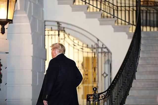 Tổng thống Trump trở về Nhà Trắng hôm 12/12. Ảnh: Reuters.