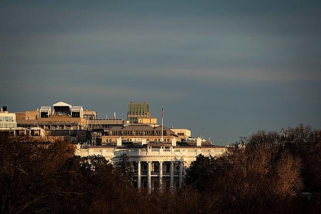 Tổng thống Trump chủ yếu ở trong Nhà Trắng những ngày này. Trong ảnh, khung cảnh nhìn từ bên ngoài Nhà Trắng hôm 15/12. Ảnh: Reuters.