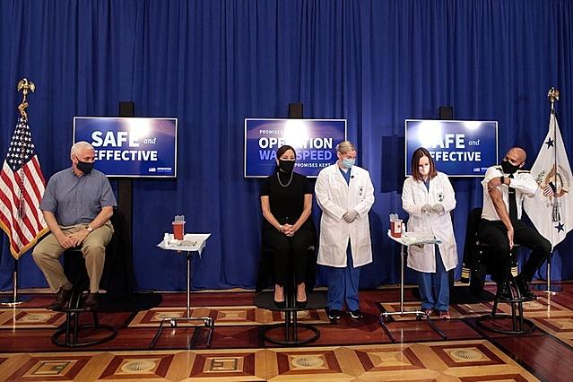 Phó tổng thống Mike Pence trong sự kiện tiêm vaccine được truyền hình trực tiếp nhằm thúc đẩy lòng tin trong dân chúng về sự an toàn của Vaccine. Ảnh: Reuters.