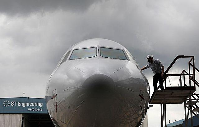 Một phi cơ Airbus321 đã hoàn tất chuyển đổi tại nhà chứa máy bay của ST Engineering Aerospace. Ảnh: Reuters.
