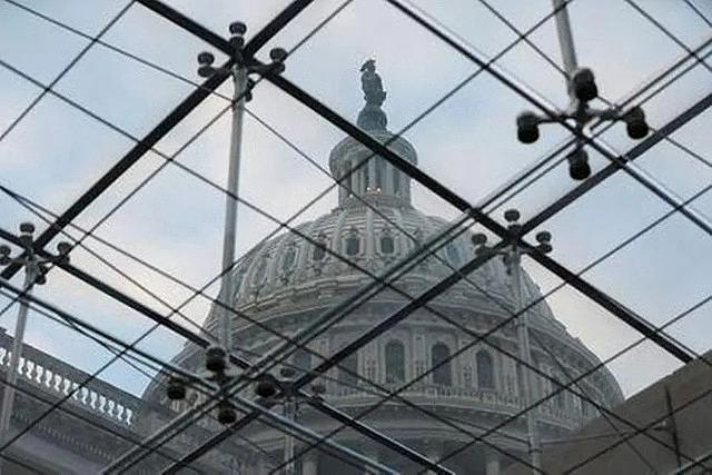 Chóp tòa nhà quốc hội Mỹ nhìn từ giếng trời bên trong hôm 18/12. Ảnh: Reuters.