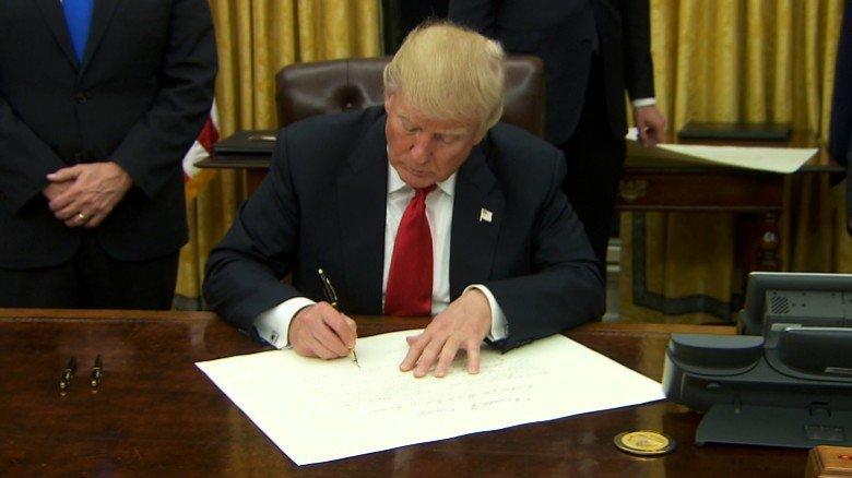 Trump ký dự luật có thể hủy niêm yết công ty Trung Quốc ở Mỹ