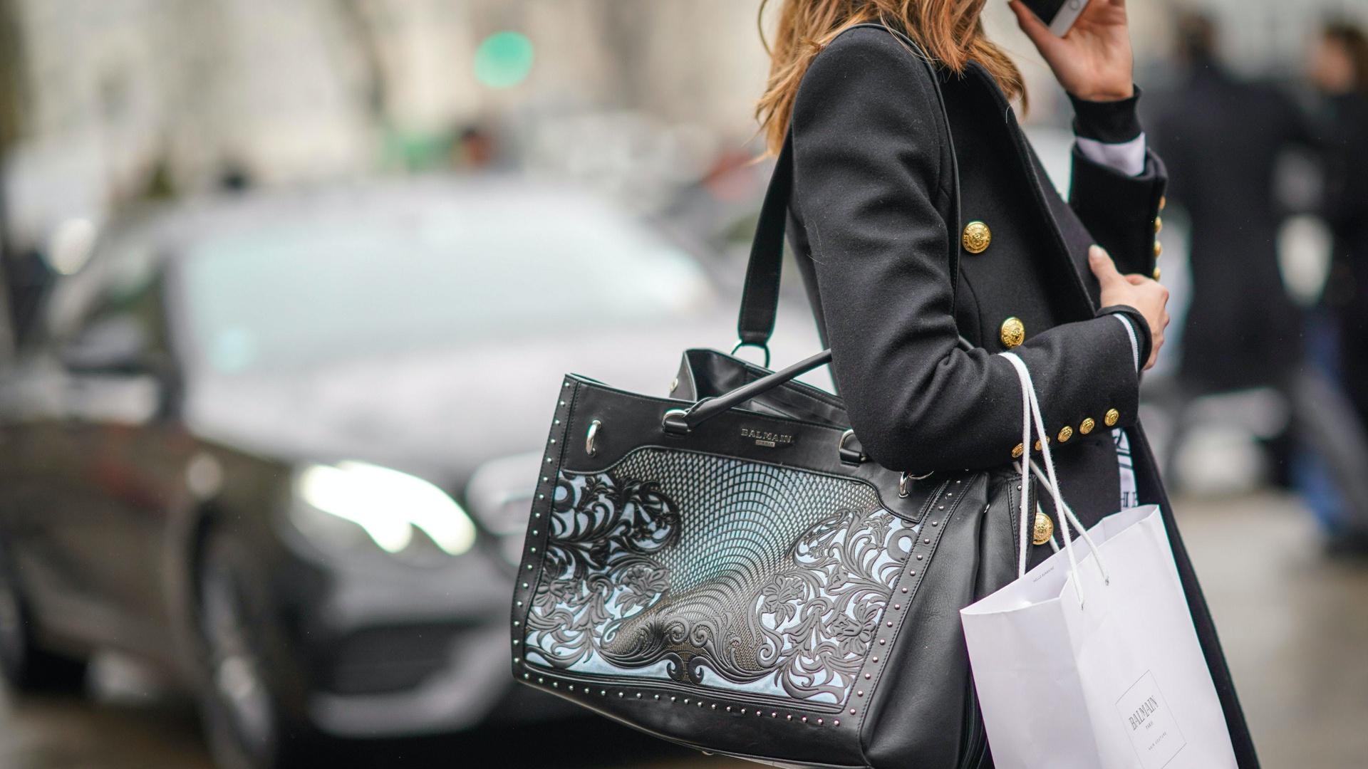 Nghề cầm tiền và mua quần áo cho khách siêu giàu