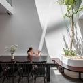 <p> Các kiến trúc sư chọn thiết kế khoảng thông tầng, tạo sự liên kết giữa các tầng bằng cầu thang và bằng khoảng đó.</p>