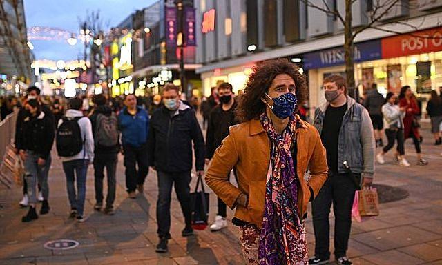 Người dân đeo khẩu trang phòng dịch COVID-19 tại Newcastle-upon-Tyne, Anh ngày 19/12/2020. Ảnh: AFP/TTXVN