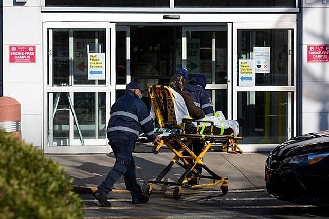 Nhân viên y tế chuyển bệnh nhân mắc COVID-19. Ảnh: Xinhua.