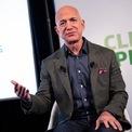"""<p class=""""Normal""""> <strong>Jeff Bezos</strong></p> <p class=""""Normal""""> Quốc gia: Mỹ</p> <p class=""""Normal""""> Số tiền kiếm được: 67,5 tỷ USD</p> <p class=""""Normal""""> Giá trị tài sản ròng: 182,2 tỷ USD</p> <p class=""""Normal""""> Dù không còn sở hữu khối tài sản 200 tỷ USD, Jeff Bezos vẫn là tỷ phú giàu nhất thế giới. Bezos hiện nắm giữ 11,1% cổ phần tại Amazon – công ty có vốn hóa thị trường 1.500 tỷ USD. """"Gã khổng lồ"""" thương mại điện tử tăng trưởng mạnh trong đại dịch Covid-19 khi nhiều cửa hàng truyền thống phải tạm thời đóng cửa.</p> <p class=""""Normal""""> Hồi tháng 2, Bezos cam kết ủng hộ 10 tỷ USD để chống lại biến đổi khí hậu và ông đã quyên góp gần 800 triệu USD cho các tổ chức môi trường vào tháng 11. Vợ cũ của ông, MacKenzie Scott (tài sản ròng 59 tỷ USD) cũng quyên góp ít nhất 5,8 tỷ USD cho các tổ chức phi lợi nhuận và từ thiện trong năm nay.<span>(Ảnh:</span><em>Getty Images</em><span>)</span></p>"""