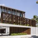 <p> Các kiến trúc sư đã bắt đầu thiết kế ngôi nhà với một khoảng trống lớn ở giữa như một cây cầu kết nối không gian các phòng ngủ, phòng khách, spa, gym và cả khu vực để xe.</p>