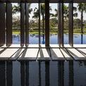 """<p class=""""Normal""""> Các kiến trúc sư đã khéo léo kết hợp ánh nắng và đồ vật để tạo ra sự chuyển động của bóng nắng mỗi ngày. Lợi thế tự nhiên này giúp ngôi nhà luôn có sự thay đổi mỗi ngày về tạo hình.</p>"""