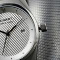 <p> Ba chiếc đồng hồ này đều là các biến thể của dòng Armand. Mẫu đồng hồ đầu tiên có kích thước 36mm, mặt số màu xám và dây đeo kim loại bện Milano. Đồng hồ trang bị bộ máy thạch anh và có khả năng chống nước đến 50 m cùng mức giá 155 USD (bao gồm VAT).</p>