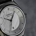 """<p class=""""Normal""""> Chiếc đồng hồ Armand thứ hai của Peugeot có kích thước 41mm. Nó cũng có mặt số nhiều lớp màu xám, dây đeo bằng da màu đen và giá tương đương với phiên bản 36mm.</p>"""