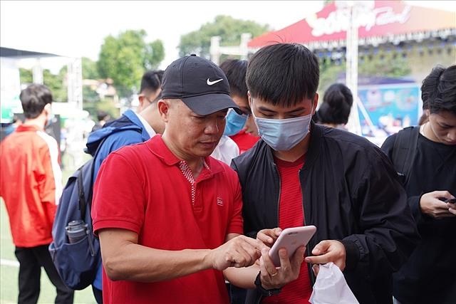 Anh Trần Quang Bình (trái), hướng dẫn các bạn sinh viên tìm hiểu về chứng khoán tại Ngày hội thẻ Việt Nam – một sự kiện định hướng cách tiêu dùng thông minh cho các bạn trẻ, do Ngân hàng Nhà nước chủ trì tổ chức