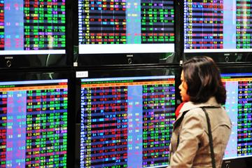 Khối lượng giao dịch vượt 1 tỷ cổ phiếu, VN-Index giảm hơn 4 điểm