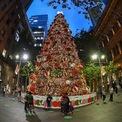 """<p class=""""Normal""""> Cây thông Noel ở Martin Place ở Sydney, Australia. Ảnh: <em>Getty Images</em></p>"""