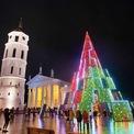 <p> Cây thông Noel chính được thắp sáng tại Quảng trường Nhà thờ ở Vilnius, Lithuania. Ảnh: <em>Getty Images</em></p>