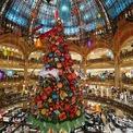 <p> Một cây thông khổng lồ tại trung tâm mua sắm Galeries Lafayette ở Paris, Pháp. Ảnh: <em>Getty Images</em></p>
