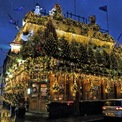 <p> Hơn 100 cây thông Noel cùng rất nhiều đèn chiếu sáng được trang trí tại một quán rượu ở Kensington, London. Ảnh: <em>Keith Mayhew/Getty Images</em></p>