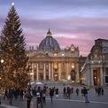 <p> Cây thông ở quảng trường St. Peter, Vatican. Ảnh:<em>Rocco Spaziani/Getty Images</em></p>