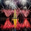 """<p> Pháo hoa trong lễ khánh thành cây thông Noel nổi cao 85 m tại đầm phá Rodrigo de Freitas ở Rio de Janeiro, Brazil. Đây cũng là cây thông được Sách kỷ lục Guinness thế giới ghi nhận danh hiệu """"Cây thông Noel nổi lớn nhất thế giới"""" - được chiếu sáng bởi 3,1 triệu ngọn đèn mỗi đêm cho đến cuối năm. Ảnh: <em>AFP/Getty Images</em></p>"""