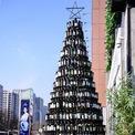 <p> Một cây thông cao 10 m được tạo ra từ 2.021 vỏ chai tại Thẩm Dương, tỉnh Niêu Linh, Trung Quốc. Ảnh: <em>Getty Images</em></p>