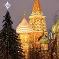 <p> Một cây thông Noel gần Nhà thờ St Basil ở Moscow. Ảnh: <em>Mikhail Metzel/Tass</em></p>