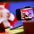 """<p class=""""Normal""""> Một người đàn ông hóa trang Ông già Noel gọi điện trực tuyến cho trẻ em tại Rome, Italia.</p>"""