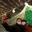 """<p class=""""Normal""""> Người dân chụp ảnh """"tự sướng"""" trước cây thông Noel ở Kiev, Ukraine.</p>"""