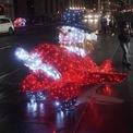"""<p class=""""Normal""""> Mô hình ánh sáng có tên gọi """"Magic Delivery"""" trên vỉa hè Đại lộ 5, New York City, New York, Mỹ.</p>"""