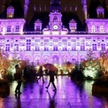 """<p class=""""Normal""""> Tòa thị chính Paris, Pháp, rực sáng trong đêm ngày 11/12.</p>"""