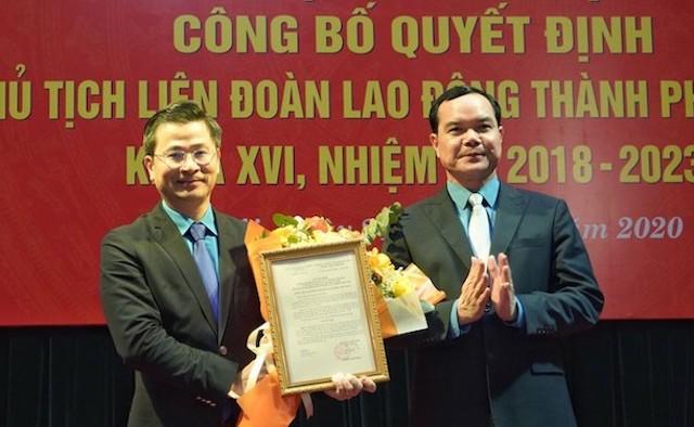 Chủ tịch Tổng Liên đoàn Lao động Việt Nam Nguyễn Đình Khang trao quyết định và tặng hoa chúc mừng Chủ tịch Liên đoàn Lao động thành phố Hà Nội Nguyễn Phi Thường.