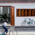 <p> Đối với hệ thống cửa sổ quay, cửa chính và một số chi tiết trang trí khác trên mặt tiền, các kiến trúc sư đã cân nhắc sử dụng gỗ Pyinkado địa phương làm vật liệu tối ưu nhất. Loại gỗ này có thể dễ dàng tìm thấy ở bất kỳ cửa hàng thợ mộc nào ở địa phương và từ lâu đã được ứng dụng trong xây dựng nhà cửa.</p>