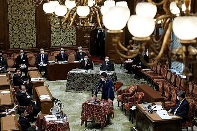 Ông Abe trả lời câu hỏi của các nhà lập pháp tại hạ viện hôm 25/12. Ảnh: Reuters.