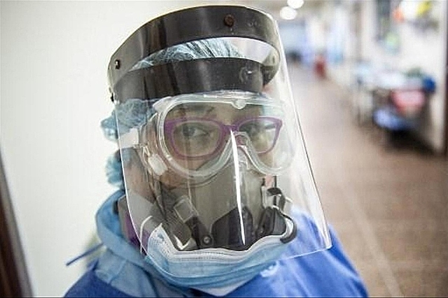 Một nhân viên y tế tại Lima, Peru ngày 11/12. Ảnh: AFP.