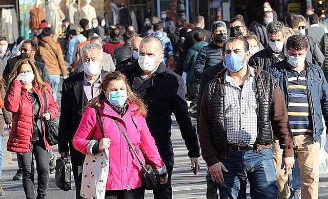 Người dân đeo khẩu trang phòng dịch COVID-19 tại Ankara, Thổ Nhĩ Kỳ ngày 13/11/2020. (Ảnh: AFP/TTXVN)
