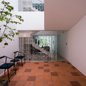 <p> Vì hệ thống cầu thang hình chữ U làm giảm ánh sáng chiếu thẳng đứng vào nhà nên kiến trúc sư đã tạo ra một khoảng trống chiếu sáng tự nhiên ở phía sau ngôi nhà. Khoảng trống này mang lại ánh sáng thẳng đứng cho một khu vườn nhỏ trên tầng hai.</p>