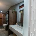 <p> Toilet được chiếu sáng tự nhiên.</p>