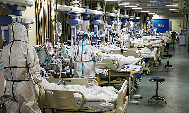 Nhân viên y tế ở khu chăm sóc tích cực tại Vũ Hán hồi tháng 2. Ảnh: Reuters.