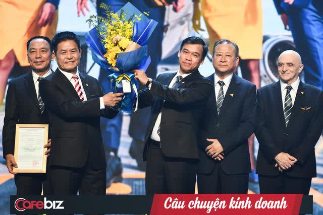 Chủ tịch Tập đoàn Vietravel - Nguyễn Quốc Kỳ đang trao giấy phép AOC cho ông Vũ Đức Biên – CEO Vietravel Airlines.