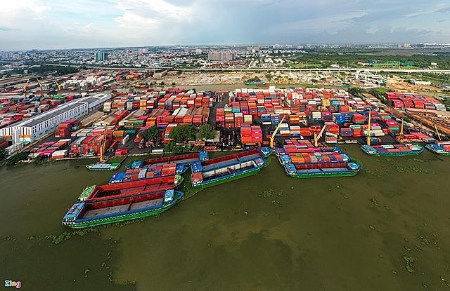 Các doanh nghiệp xuất khẩu và logistics đều đang gặp khó khi thiếu hụt container rỗng, giá thuê container và cước vận chuyển tăng cao. Ảnh: Quỳnh Danh.