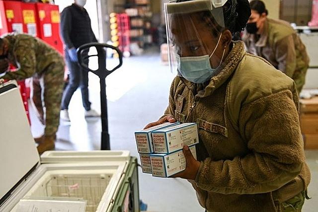 Lực lượng Quân đội Mỹ tại Hàn Quốc bắt đầu tiêm vaccine Covid-19 cho binh sĩ. Ảnh: Reuters.