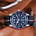 <p> <strong>Tudor Green Bay 1958</strong> phiên bản màu xanh dương là một trong những mẫu nổi tiếng nhất năm 2020. Màu sắc là điểm mạnh giúp mẫu phụ kiện được lòng phái mạnh. Ảnh: <em>Tudor Collector.</em></p>