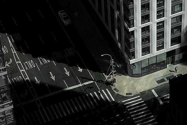 Covid -19 đã quét sạch những con phố thường xuyên đông đúc của Manhattan. Ảnh: Reuters.