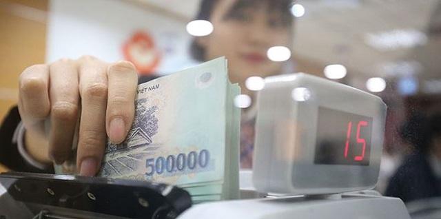 Việt Nam điều hành chính sách tỷ giá cùng với chính sách tiền tệ để ổn định vĩ mô. Ở Việt Nam, việc để cho đồng nội tệ mất giá thường kèm theo lo sợ lạm phát, do đó, Chính phủ Việt Nam chưa bao giờ chủ động giảm giá nội tệ bất kể vì lý do gì, kể cả việc tạo thuận lợi thương mại.