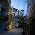 <p> Nằm trong một khu phố khép kín, ngôi nhà 4 tầng được bố trí chéo với cầu thang ở trung tâm, san sát nó là những tòa nhà cao tầng.</p>