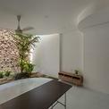 <p> Phòng bếp và phòng ăn - những không gian được sử dụng nhiều nhất - được bố trí ở trung tâm của ngôi nhà.</p>