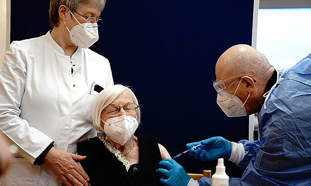 Bác sĩ Đức tiêm vaccine Covid-19 cho một cụ bà ở viện dưỡng lão tại Berlin hôm 27/12. Ảnh: AFP.