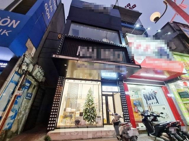 Nhà số 411 đường Nguyễn Văn Cừ, phường Ngọc Lâm (quận Long Biên, Hà Nội) đang được sử dụng làm của hàng kinh doanh.