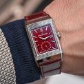 <p> Vào thời điểm cuối năm, các thương hiệu tích cực quảng bá và cho ra mắt những mẫu đồng hồ gam đỏ. <strong>Jaeger-LeCoultre Reverso Tribute Duoface Fagliano</strong> mang phom dáng hình chữ nhật với bản phối màu hài hòa giữa tông đỏ và bạc. Thiết kế có giá 26.544 USD trên các trang thương mại điện tử. Ảnh: <em>Monochrome Watches.</em></p>