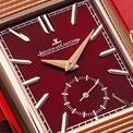 <p> Sắc đỏ được cây bút của tạp chí GQ ca ngợi là màu của đam mê, sự hiện đại. Nó giúp người đeo thêm phần nổi bật nhưng không mất đi nét thanh lịch. Ảnh: <em>Watch Collecting Lifestyle.</em></p>